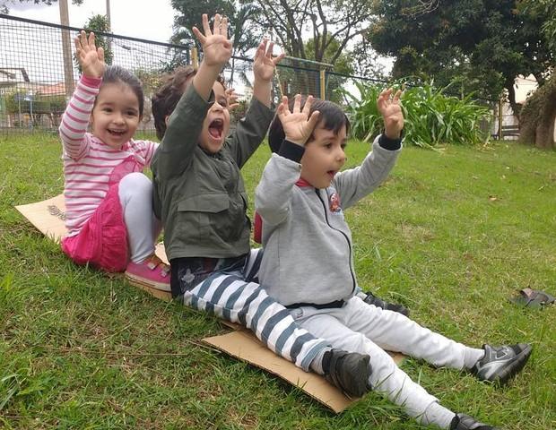Os trigêmeos de Paola, brincando como mais gostam: ao ar livre (Foto: Paola Lobo)
