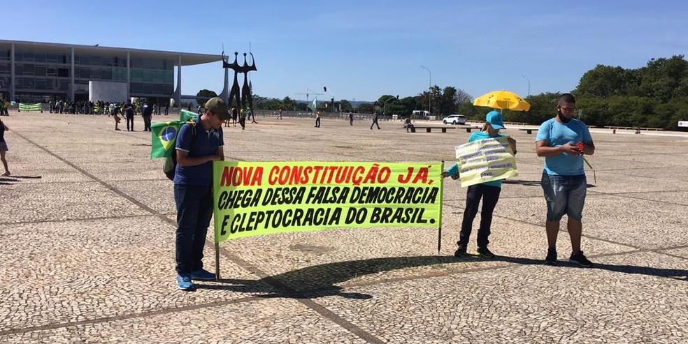 Participantes de ato em Brasília neste domingo (31) exibem faixa contra a Constituição — Foto: Gustavo Garcia / G1