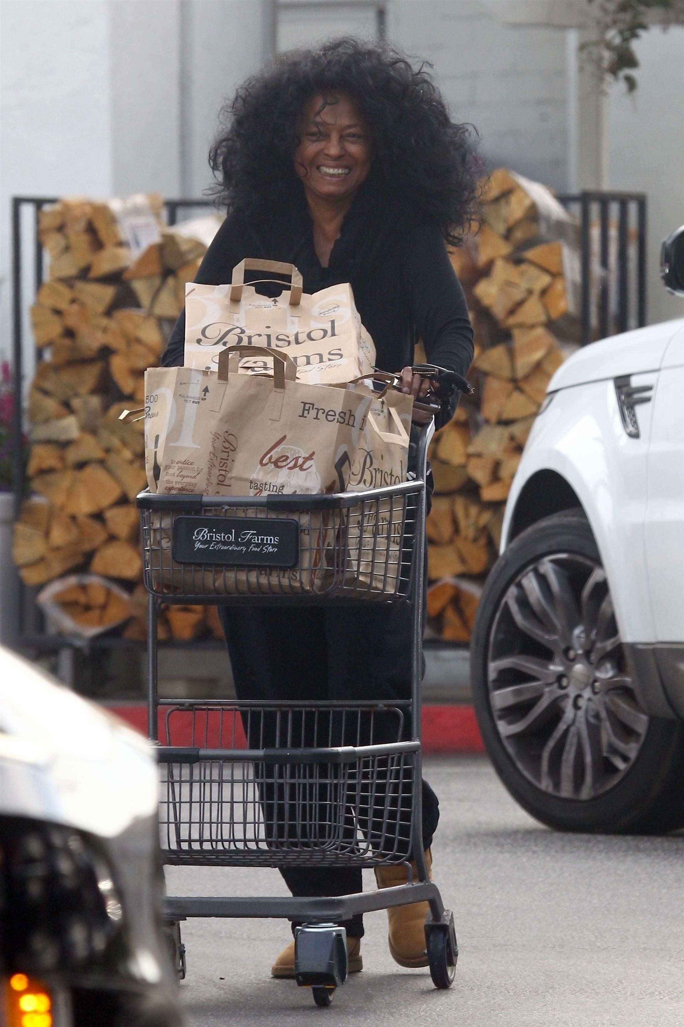 Beverly Hills, CA  - *EXCLUSIVE*  - Singer Diana Ross was spotted makeup free as she shopped at Bristol Farms supermarket in Beverly Hills.Pictured: Diana RossBACKGRID USA 29 OCTOBER 2018 BYLINE MUST READ: RMLA / BACKGRIDUSA: +1 310 798 91 (Foto: RMLA / BACKGRID)