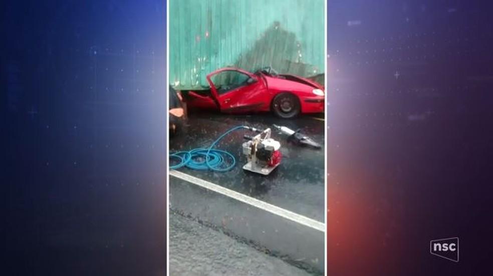 Contêiner cai em cima de carro em Pouso Redondo nesta terça-feira (23) (Foto: Reprodução/NSC TV)