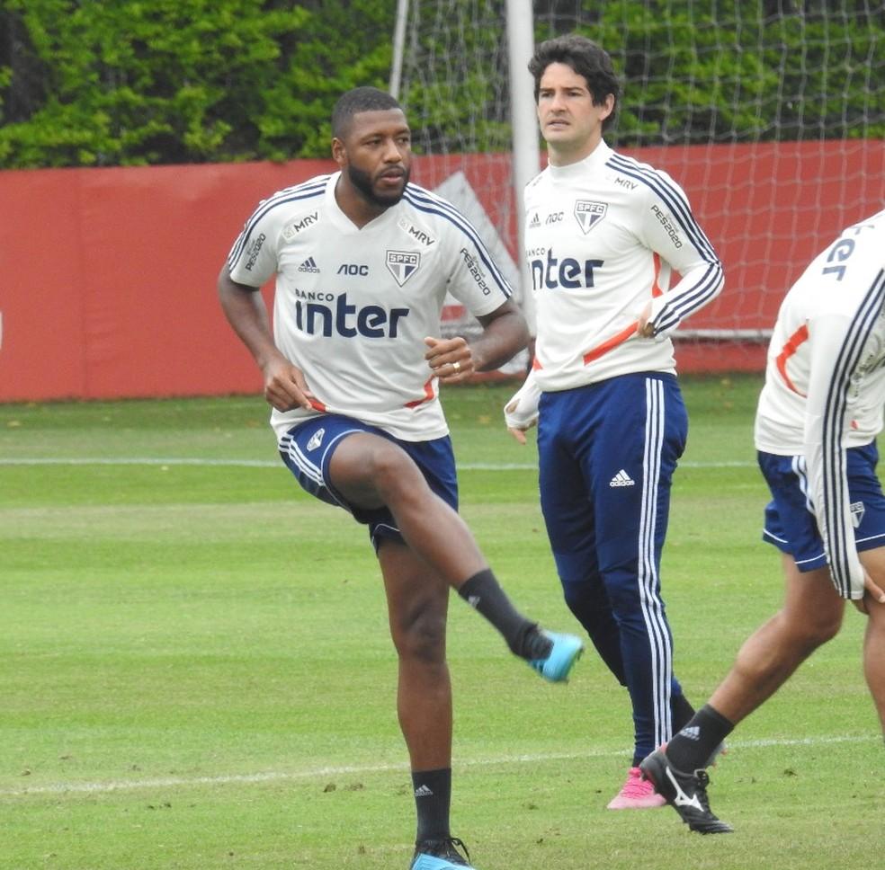 Jucilei e Alexandre Pato no treino do São Paulo desta terça-feira — Foto: Marcelo Hazan