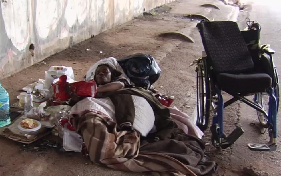 Deusirene Alves de Azevedo mora debaixo de viaduto em Goiânia, Goiás (Foto: TV Anhanguera/Reprodução)