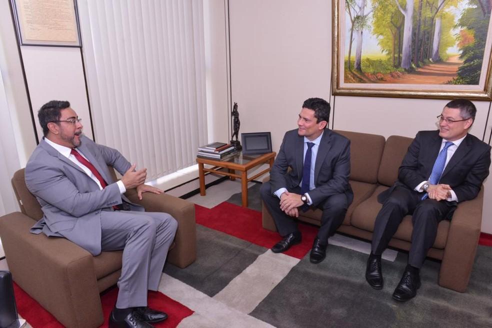 Moro (ao centro) participa de reunião no Rio com Bretas (à esquerda) junto com o diretor-geral da PF, Maurício Valeixo (à direita) — Foto: Fotos Isaac Amorim/MJSP
