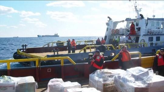Dezenas de imigrantes estão presos, há semanas, em barcos de resgate no Mediterrâneo