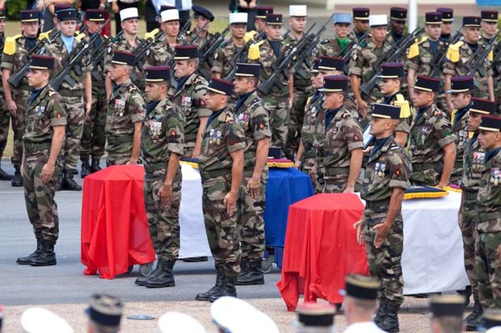 Militares participam de funeral de dois soldados mortos durante operação contra garimpos ilegais, em 2016, em Caiena, na Guiana Francesa — Foto: Jerome Vallette / AFP