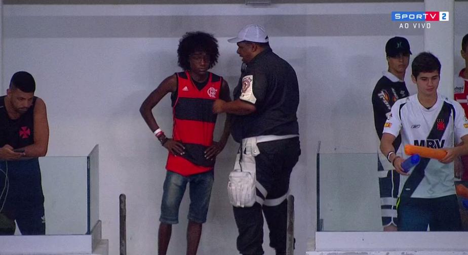 ... Torcedor aparece vestido de Flamengo e é retirado do clássico Vasco x  Botafogo 2e84eef234524