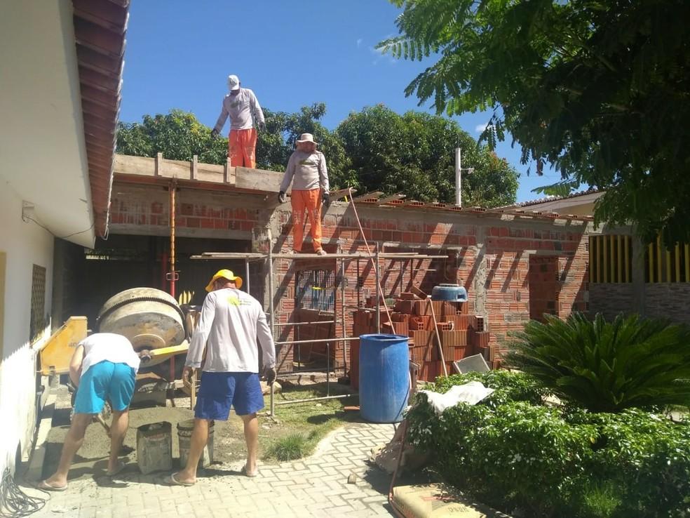Presos trabalham na reforma do Centro de Detenção Provisória de Apodi, na região Oeste potiguar — Foto: Márcio Morais