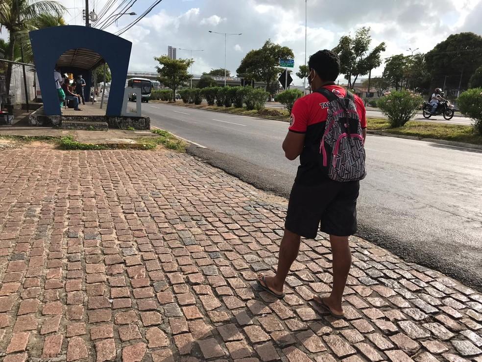 Alison chegando à parada de ônibus na marginal da BR-101, onde pegou o ônibus 52 para o Pirangi, em Natal — Foto: Ayrton Freire/Inter TV Cabugi