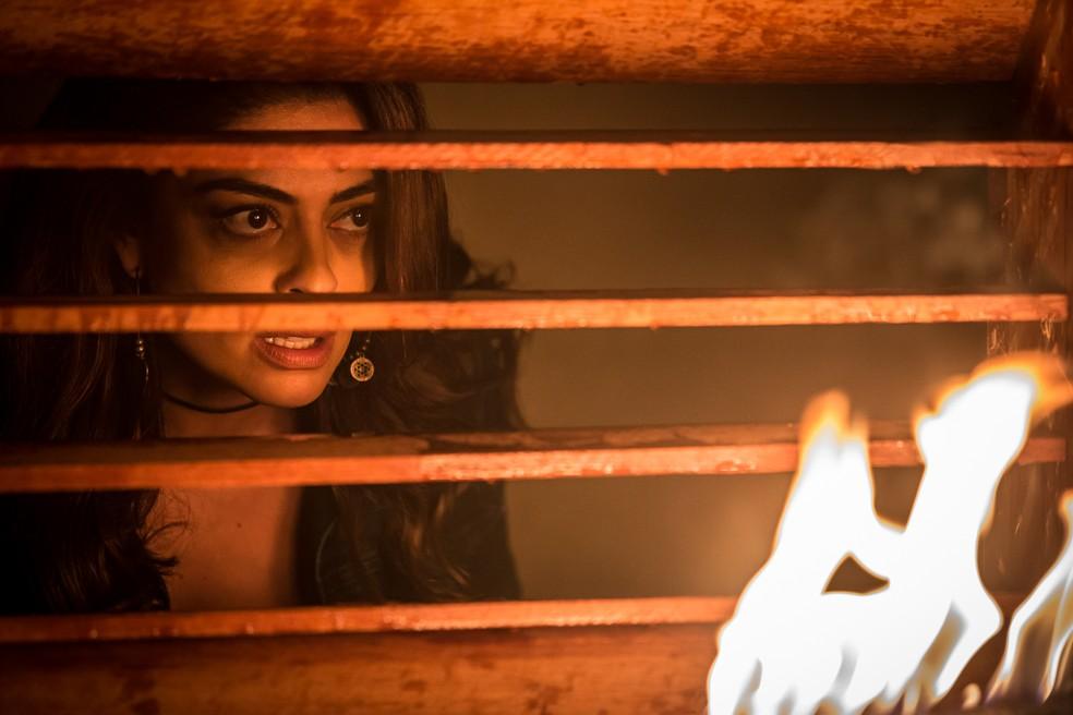 Em 'A Força do Querer', Bibi (Juliana Paes) coloca fogo em restaurante para destruir provas contra Rubinho (Emilio Dantas) — Foto: Artur Meninea / Gshow