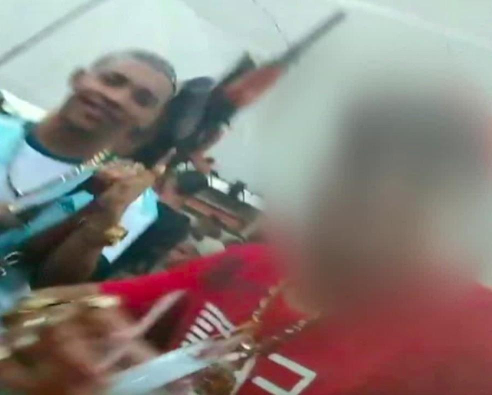 Em uma imagem, o DJ aparece segurando um fuzil com a camisa da argentina — Foto: Reprodução