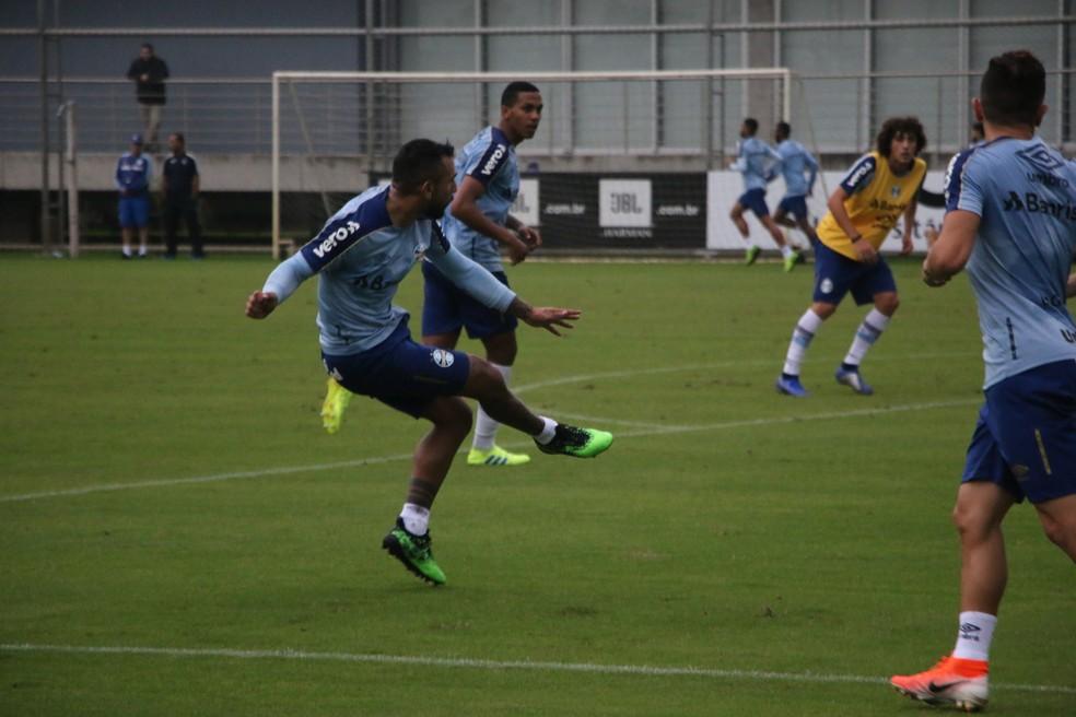 Montoya foi volante em treino do Grêmio — Foto: Eduardo Moura