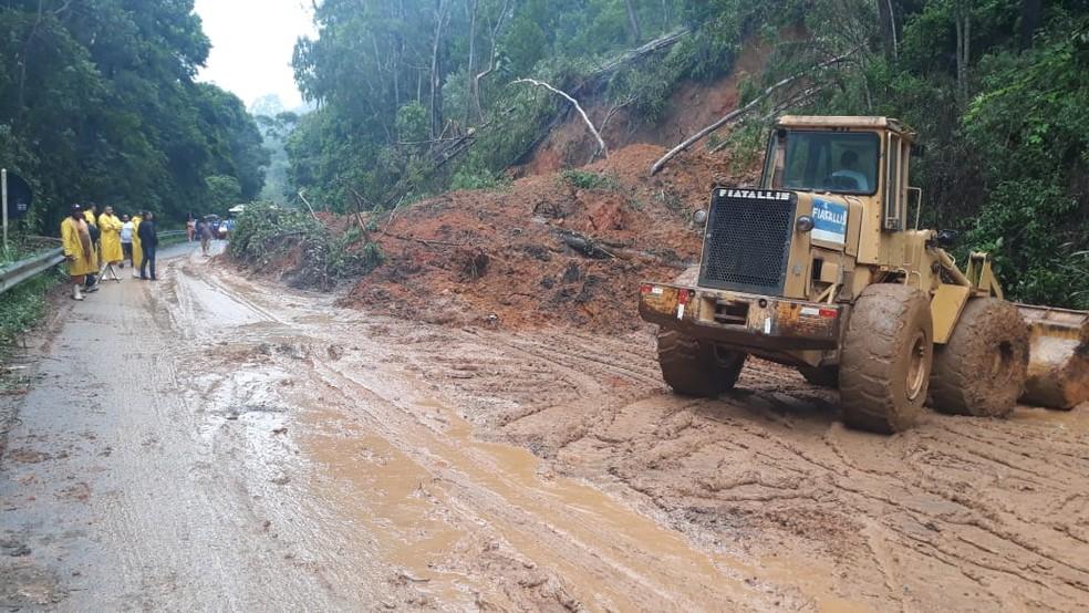Quedas de barreiras bloqueiam rodovias no Espírito Santo — Foto: Daniela Carla / TV Gazeta