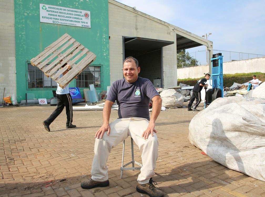 Dirceu trabalha na associação há 5 anos e disse que falta consciência das pessoas para separar o lixo  — Foto: Giuliano Gomes/PR Press