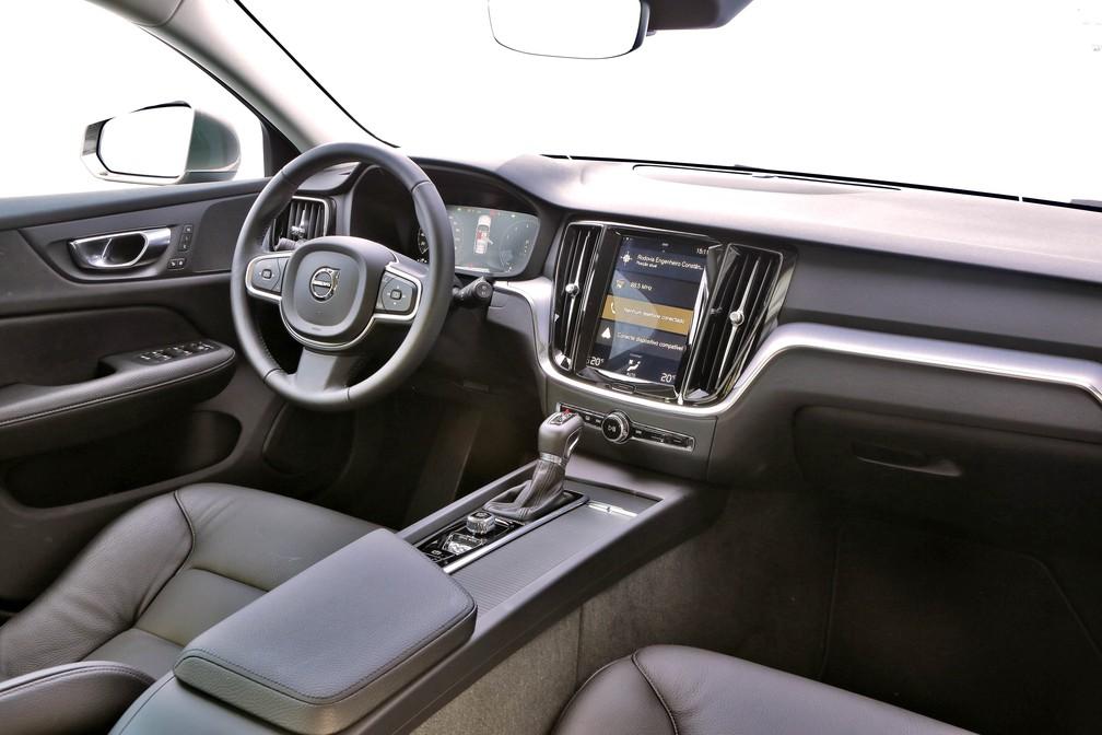 Interior refinado do V60 tem cental multimídia com tela vertical e quadro de instrumentos digital — Foto: Divulgação/Volvo