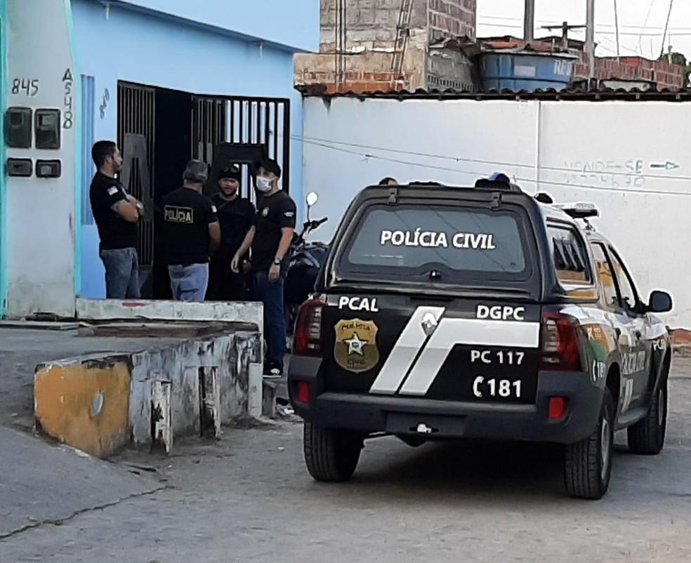 Policiais civis de Alagoas cumprem mandado em endereço em Vitória de Santo Antão, na Zona da Mata de Pernambuco, nesta quinta-feira (21) — Foto: Everaldo Silva/TV Globo