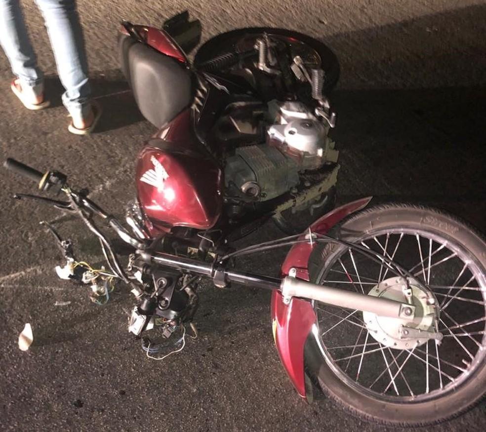 Mulher morreu e homem ficou ferido após a moto em que eles estavam colidir em uma vaca, em Caruaru — Foto: PRF/Divulgação