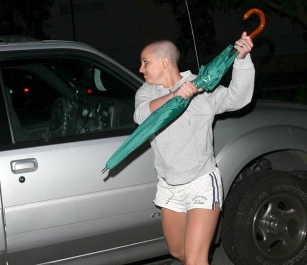 Britney Spears em ataque de fúria com guarda-chuva em 21 de fevereiro de 2007 (Foto: Daniel Ramos)