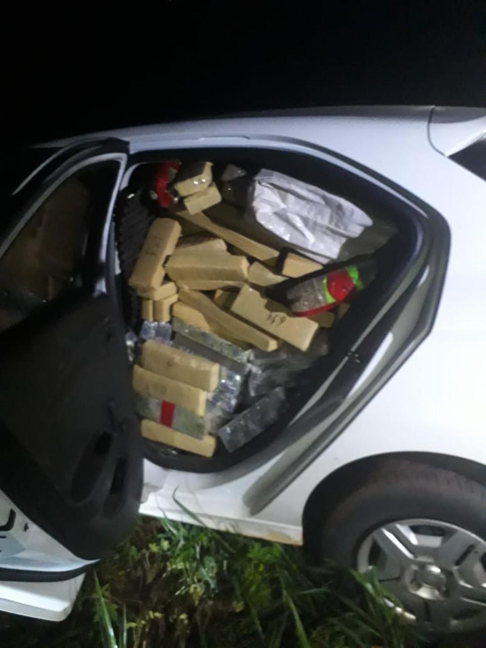 Droga estava abarrotada em um dos veículos — Foto: Rotam/MT