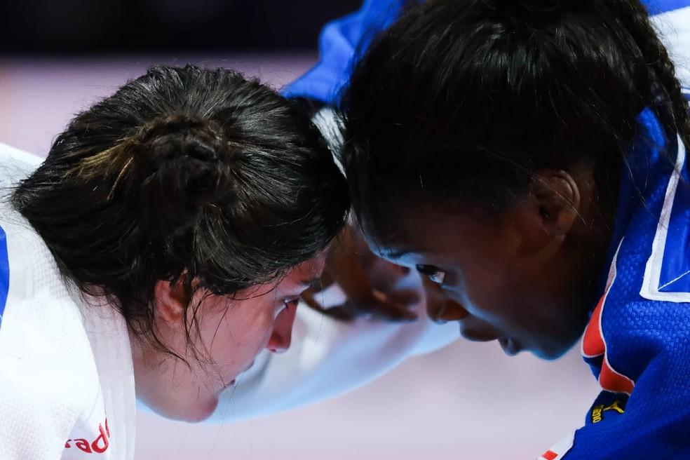 Mayra Aguiar, do Brasil, de um lado, e a francesa Madeleine Malonga do outro no Mundial de Judô — Foto: Roberto Castro / rededoesporte.gov.br