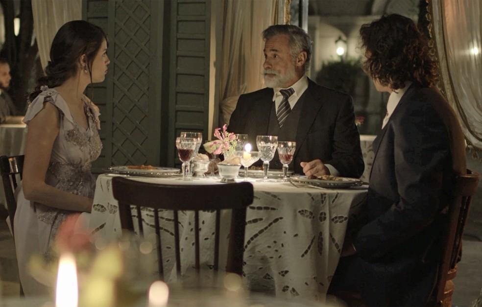 Ema janta com Tibúrcio e Edmundo para falar sobre o casamento (Foto: TV Globo)