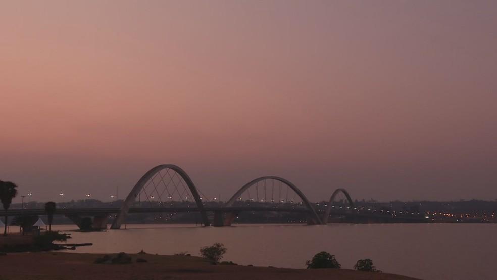 Brasília amanhece, nesta sexta-feira, com névoa seca. Sol e céu tem tons mais avermelhados — Foto: TV Globo/Reprodução