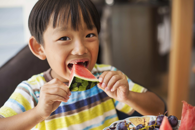 O que e em que quantidade seus filhos devem comer no verão? (Foto: Getty Images)
