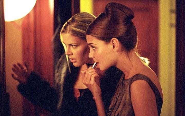 As atrizes Busy Philipps e Katie Holmes em cena da série Dawson's Creek (Foto: Reprodução)