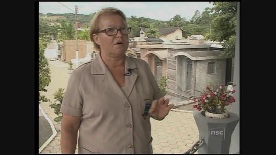 Coveira de SC conta como cuida de cemitério com ajuda de cão adotado