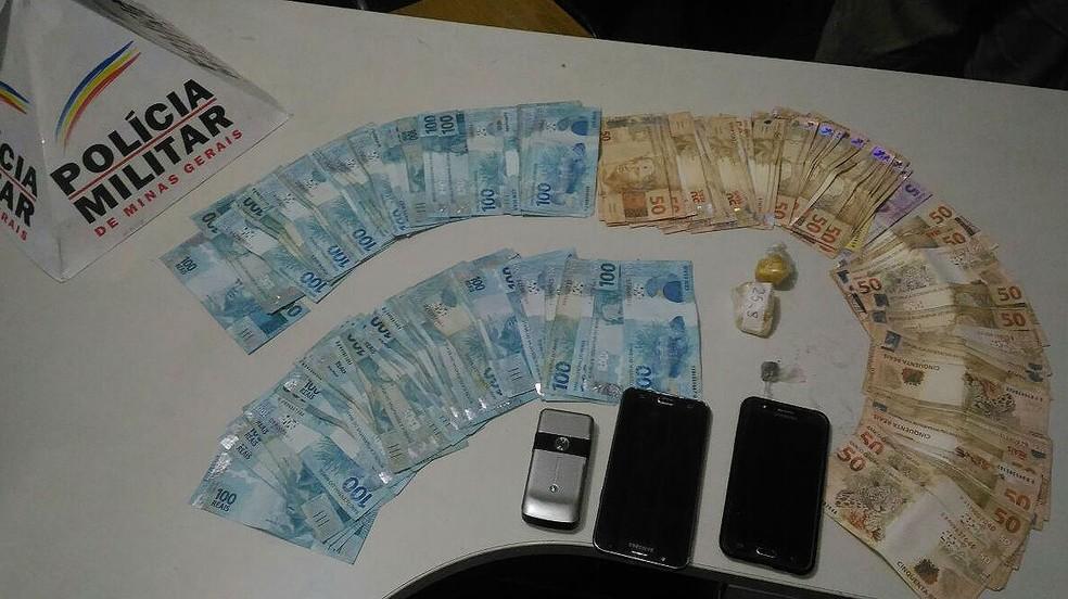 -  Droga e dinheiro foram apreendidos durante cumprimento de mandado de busca e apreensão em São João del Rei  Foto: Polícia Militar/Divulgação