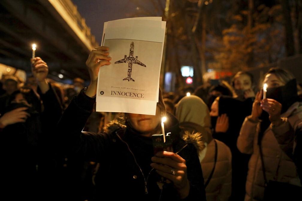 Imagem da vigília feita em Teerã em 11 de janeiro de 2020 para lembrar vítimas da queda do avião da empresa aérea ucraniana que caiu no Irã, abatido pelos militares do país — Foto: Ebrahim Noroozi/AP Photo