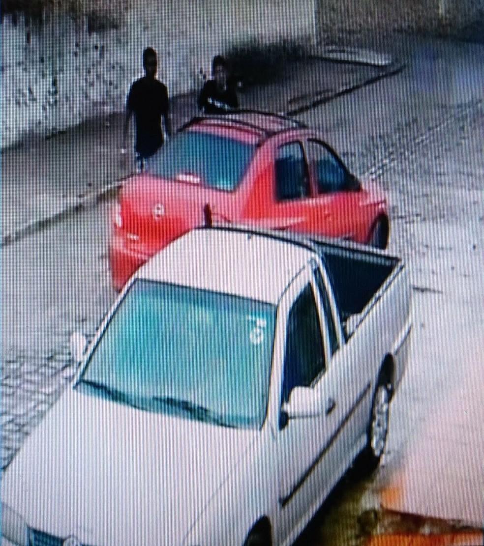 Dois assaltantes levaram um carro que estava parado próximo a uma gráfica na Zona Norte de Natal (Foto: Reprodução/Inter TV Cabugi)