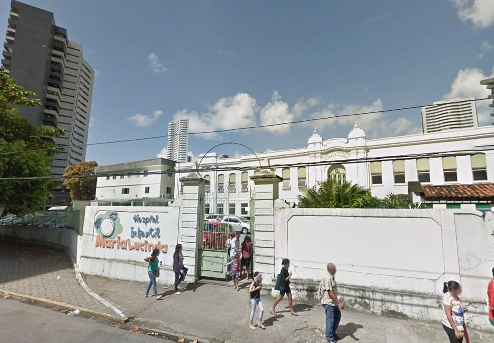 Criança com larvas na cabeça foi internada no Hospital Maria Lucinda, na Zona Norte do Recife — Foto: Reprodução/Google Street View
