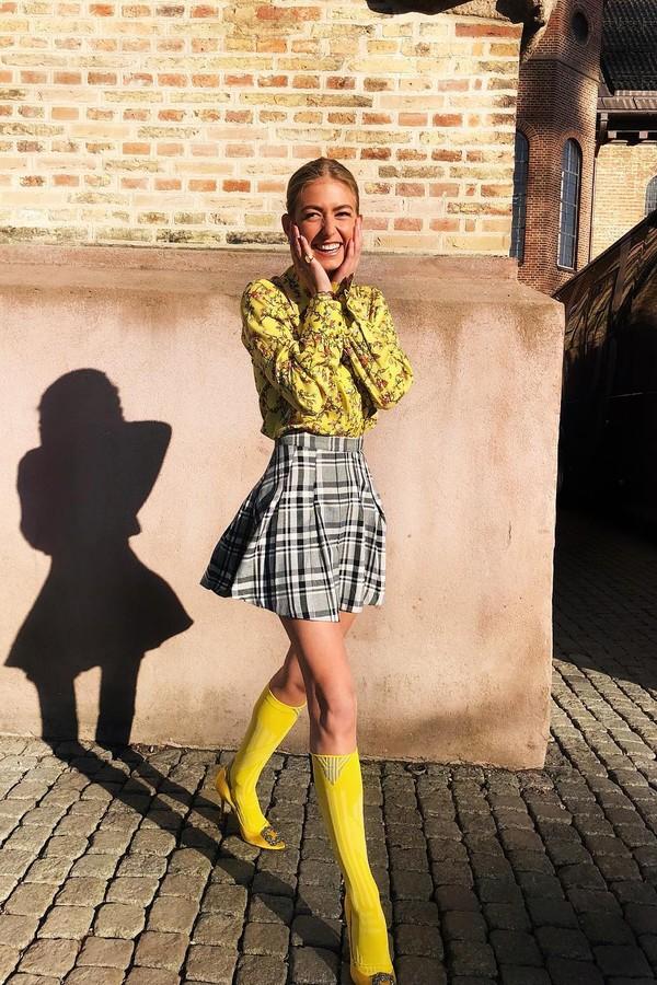 Como usar sandália e manter os pés quentes? Emili Sindlev explica (Foto: Reprodução Instagram)