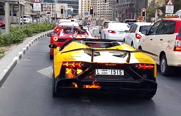 Lamborghini Aventador acelera demais e pega fogo (Foto: Reprodução)
