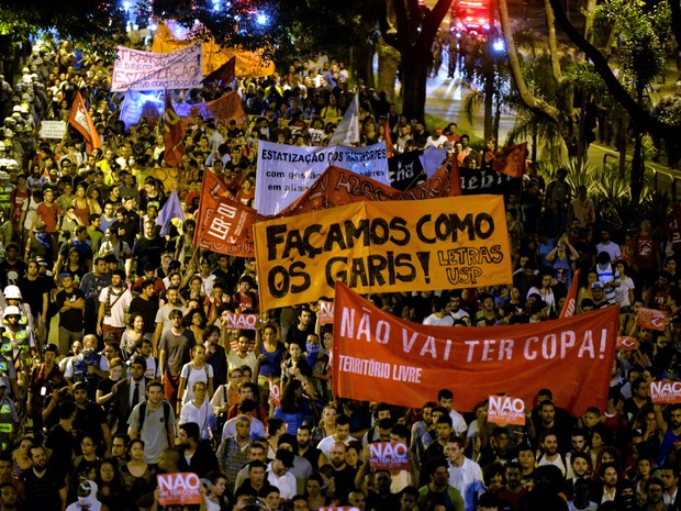 Manifestantes caminham pela Avenida Rebouças (Foto: Nelson Almeida/AFP)