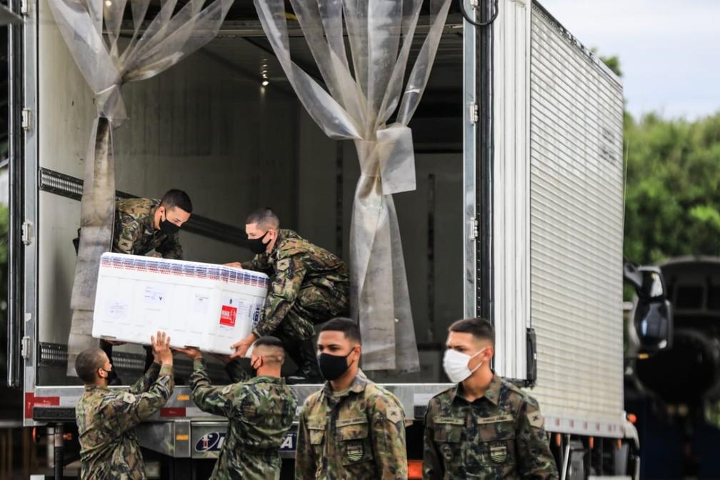Vacina sendo colocadas em caminhão para levar para centro de distribuição da Secretaria de Saúde em São José — Foto: Diorgenes Pandini/NSC