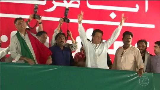 Ex-campeão de críquete Imran Khan reivindica vitória nas eleições no Paquistão