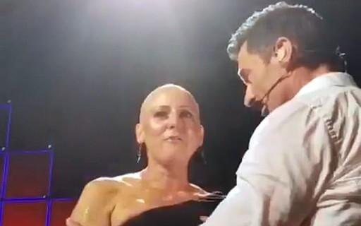 Hugh Jackman conforta mulher que sofre de câncer de mama no palco durante show