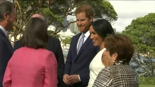 Príncipe Harry e Meghan ganham canguru de pelúcia de presente durante visita a Sydney