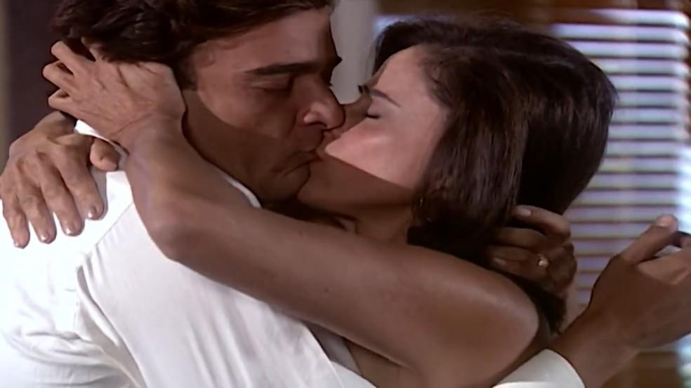 Danilo (Alexandre Borges) e Alma (Marieta Severo) fazem as pazes e se beijam, em 'Laços de Família' — Foto: TV Globo