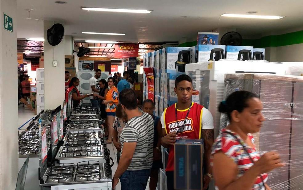 Clientes lotam loja de eletrodomésticos de Salvador na manhã desta sexta-feira (4) — Foto: Vanderson Nascimento/TV Bahia