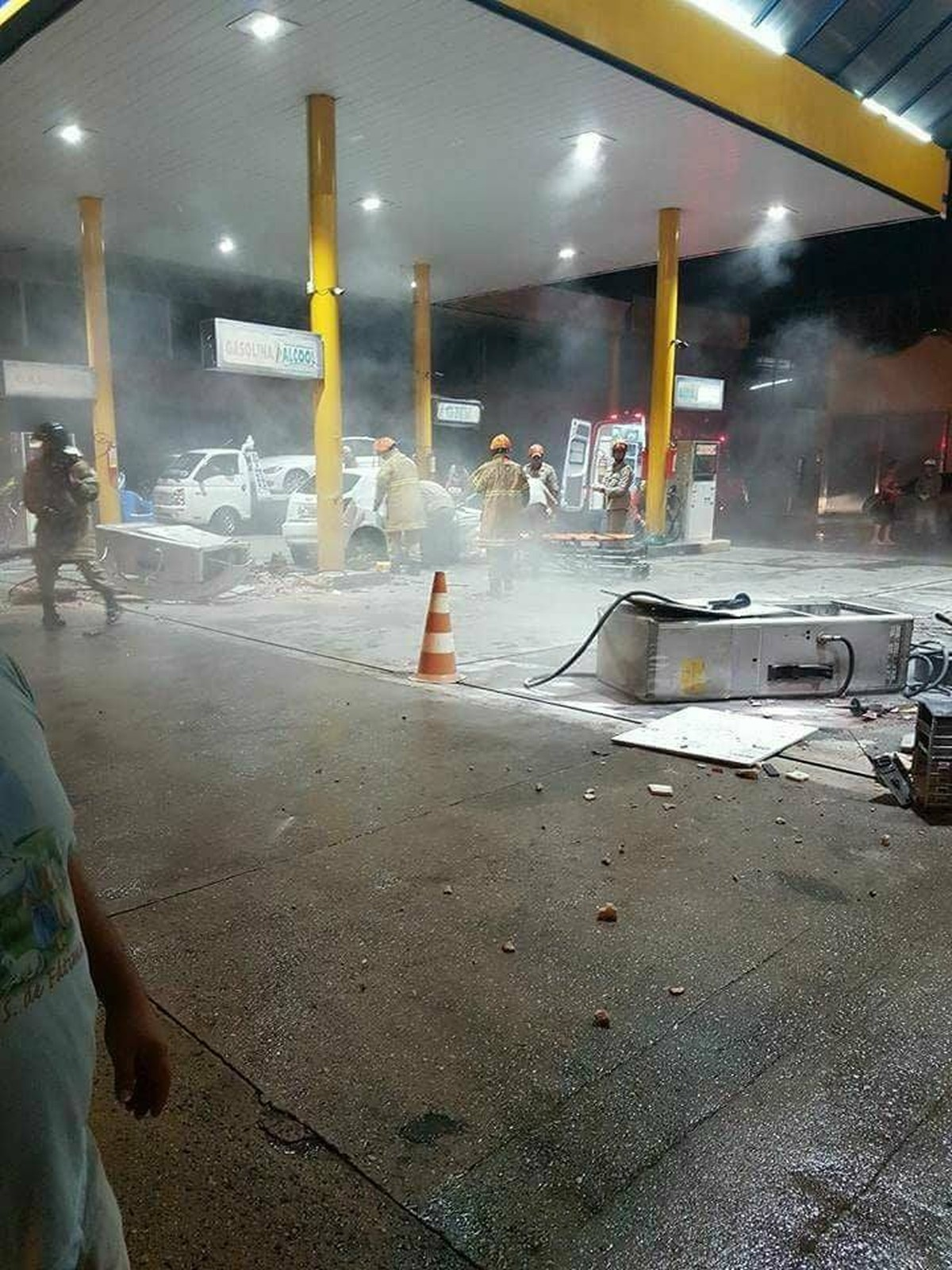 Posto tem vazamento após colisão de carro contra bombas de gasolina em Campos, no RJ