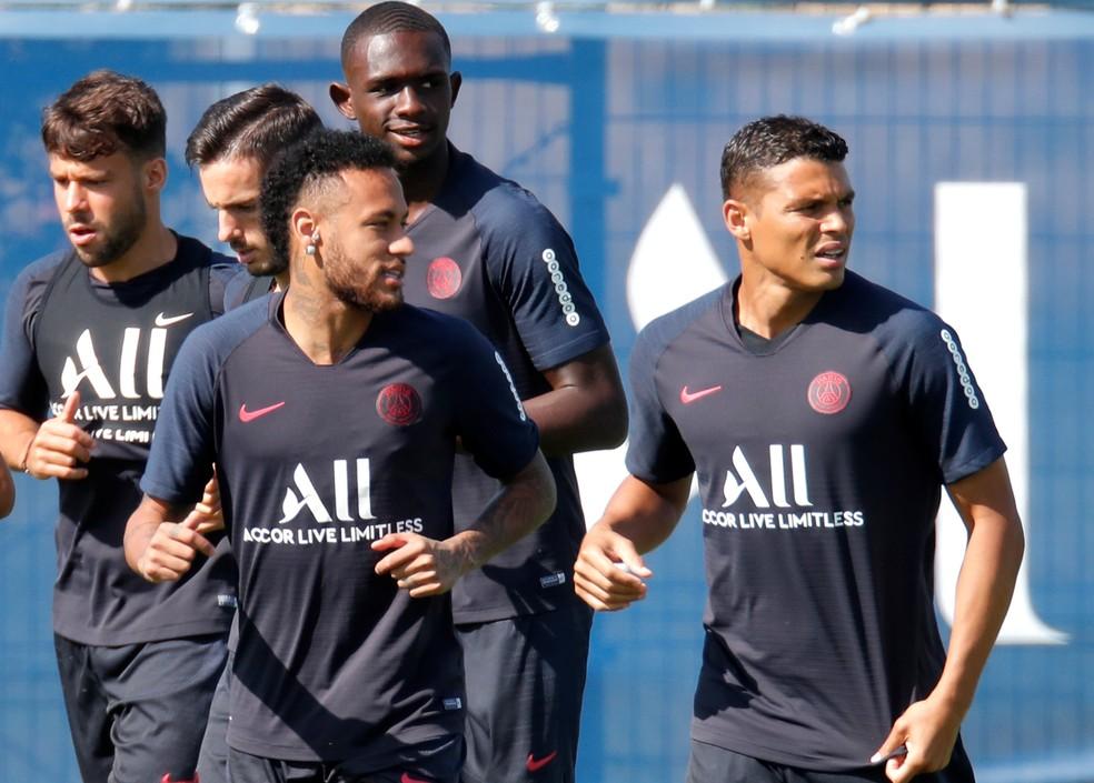 Neymar ao lado de Thiago Silva no treino do PSG — Foto: REUTERS/Charles Platiau