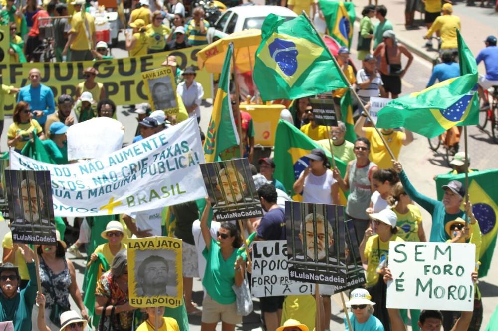 RECIFE: Manifestantes se uniram em protesto contra a corrupção e em apoio à Lava Jato na Zona Sul do Recife, neste domingo (26) (Foto: Marlon Costa/Pernambuco Press)