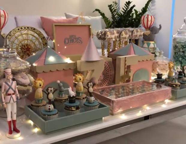 Mesa de centro da sala de espera: doces e itens de decoração personalizados (Foto: Reprodução Youtube)