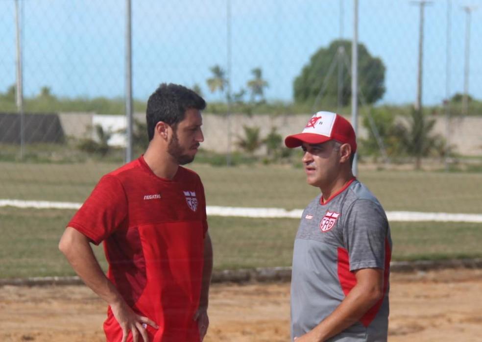 Felipe Menezes e Marcelo Chamusca, no Ninho do Galo — Foto: Denison Roma/GloboEsporte.com