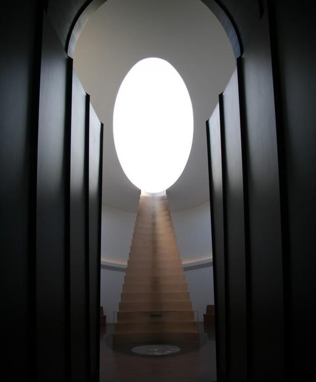 O design minimalista prioriza a entrada de luz. Junto à uma escada, a visão de dentro é como se estivéssemos enxergando o buraco de uma chave para o céu (Foto: Florian Rolzherr/ James Turrel Studio/Archdaily/ Reprodução)