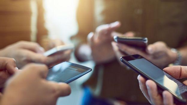 As respostas dos usuários sobre spam são usadas para aprimorar os algoritmos do aplicativo, diz representante do WhatsApp (Foto: PEOPLEIMAGES / GETTY via BBC News Brasil)