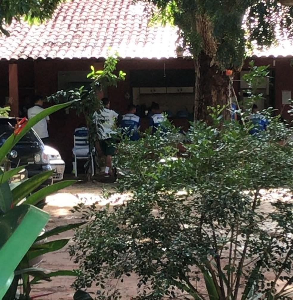 Reunião na sede do Altos contou com uma longa conversa entre comissão técnica e jogadores (Foto: Marcos Prado / TV Clube)