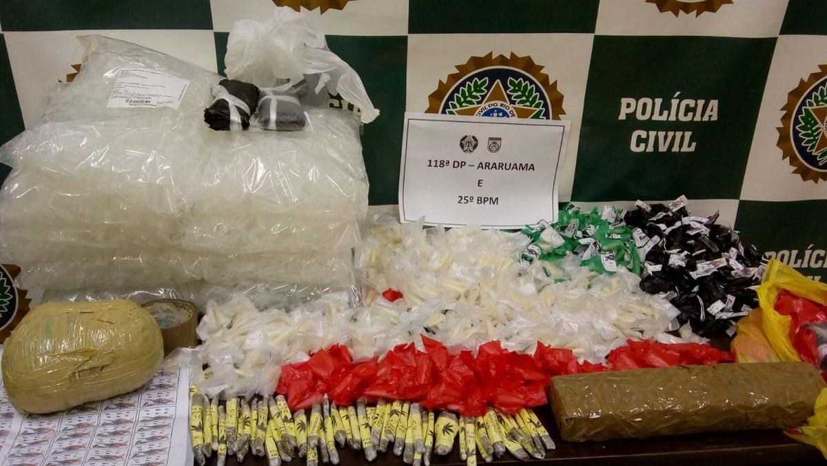 PM encontra carga de maconha e cocaína em terreno vazio em Araruama, no RJ